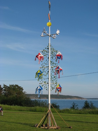 Midsummerpole_land2009